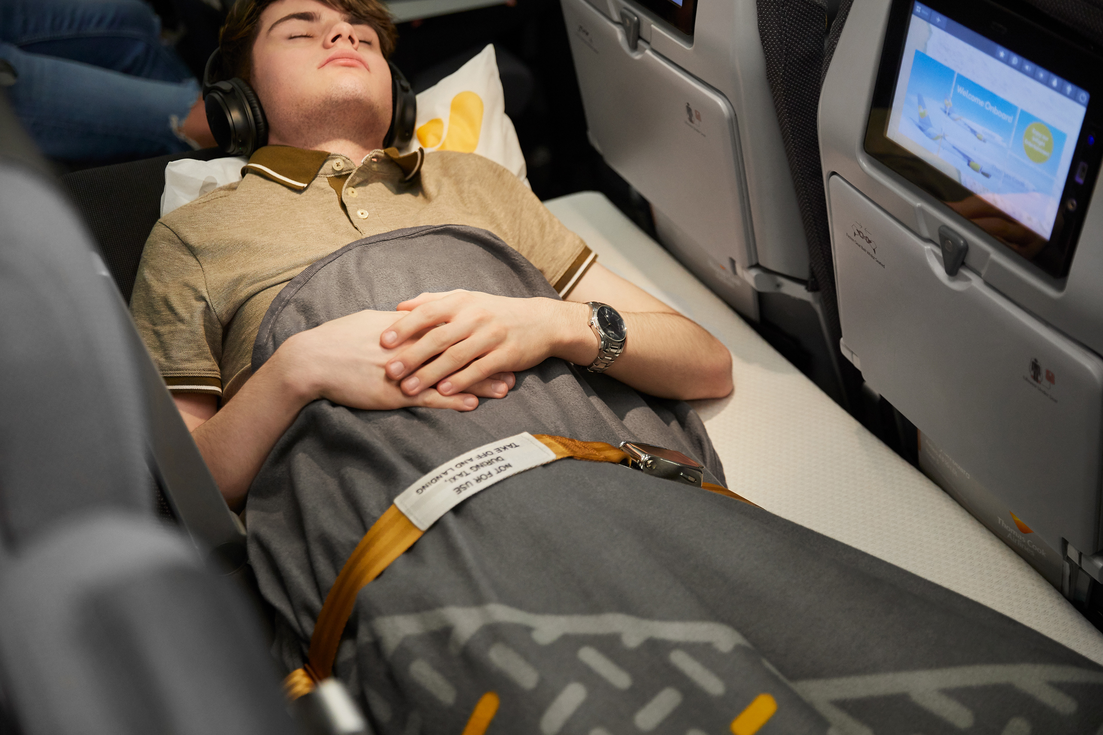 The extension belt enables the passenger to continue lying down when the fasten seatbelt signal is given